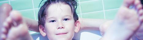 petit garçon dans son bain